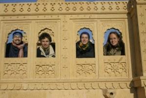 My čtyři v džinistickém chrámu u Jaisalmeeru